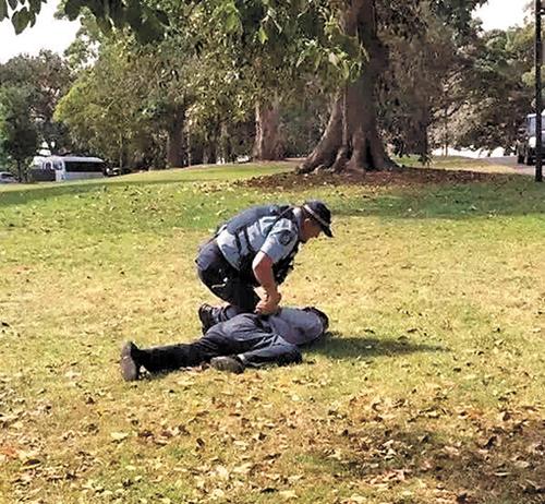 丢脸!澳公园当众小便 温州游客出庭受审
