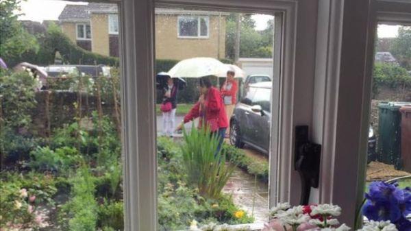 很滑稽 中国游客涌入英国村庄疯狂拍照