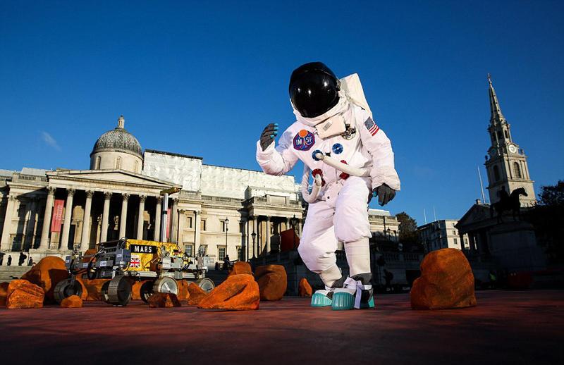 极具想象力!伦敦广场被布置成火星模样