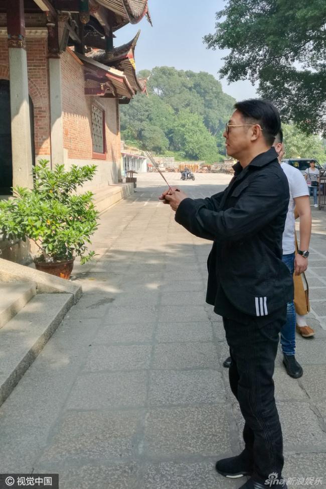 李连杰参访福建广化寺 双手合十虔诚礼佛