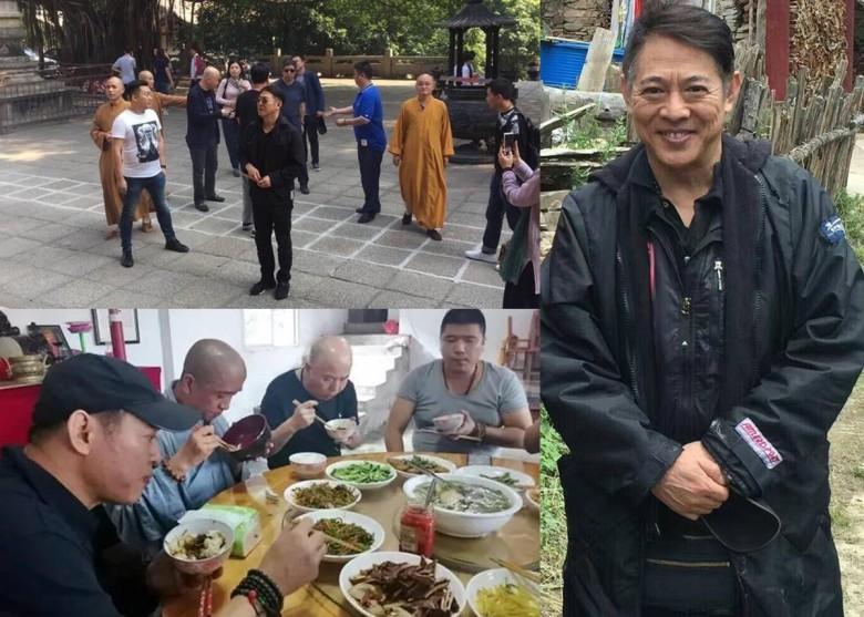 53岁李连杰福建拜佛无人识 与僧人同吃斋