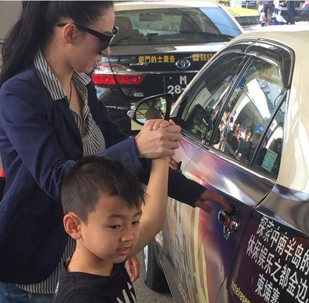 张柏芝带两爱子搭计程车 画面温馨又感动