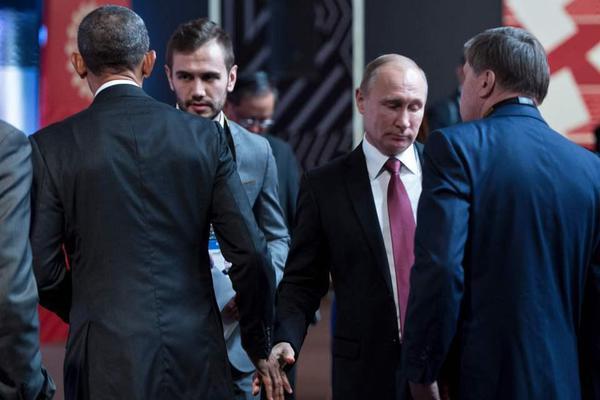 最尴尬问候 奥巴马和普京见面冷漠握手