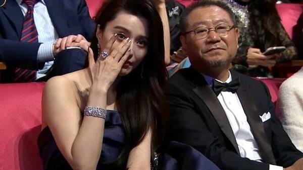 冯小刚获最佳导演奖  范冰冰台下抹泪