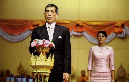泰王去世议员不准出国 政府为新王做准备