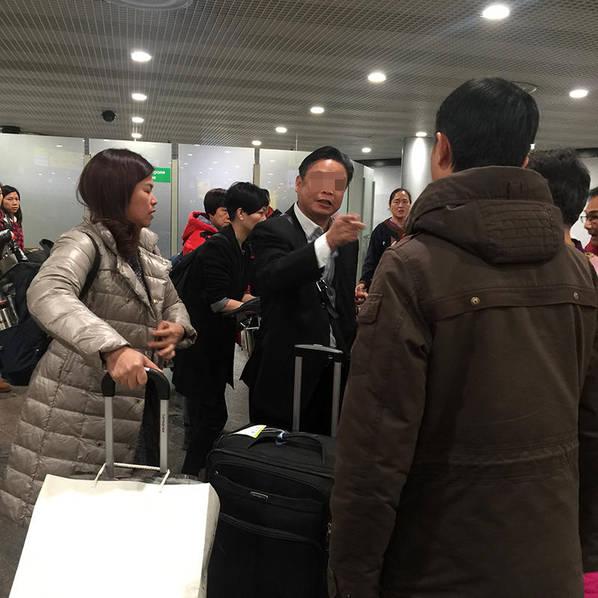 中国大叔大闹机场怒斥留学生:就想揍你