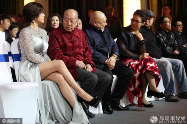坐在老艺术家中 61岁刘晓庆是如此抢镜…