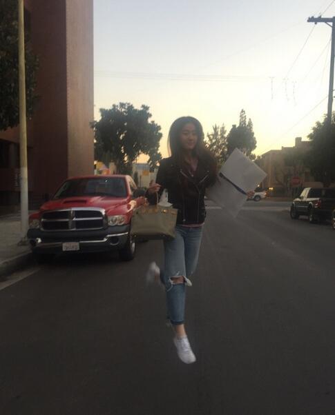 刘亦菲又放飞了自我:大街上跳跃拍照