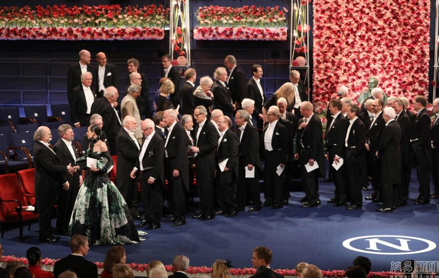 诺贝尔奖颁奖现场 瑞典王后公主皆到场