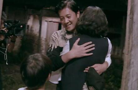 蔡国庆老婆现身 一家三口牵手幸福满满