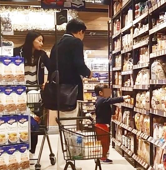 郭晶晶夫妇又去逛超市 发现晶晶幸福满溢