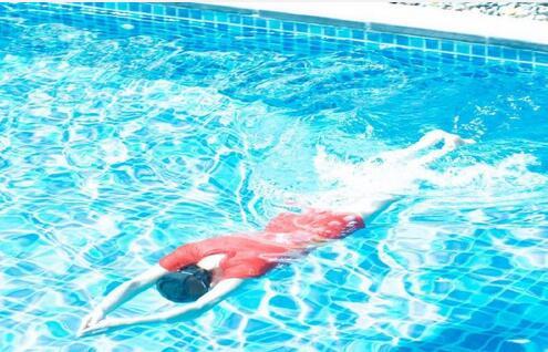 刘晓庆穿红色泳衣凹凸有致 网友说不像人