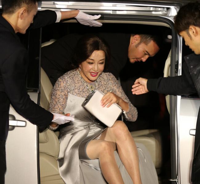 61岁刘晓庆穿开叉裙 下车前险些走光