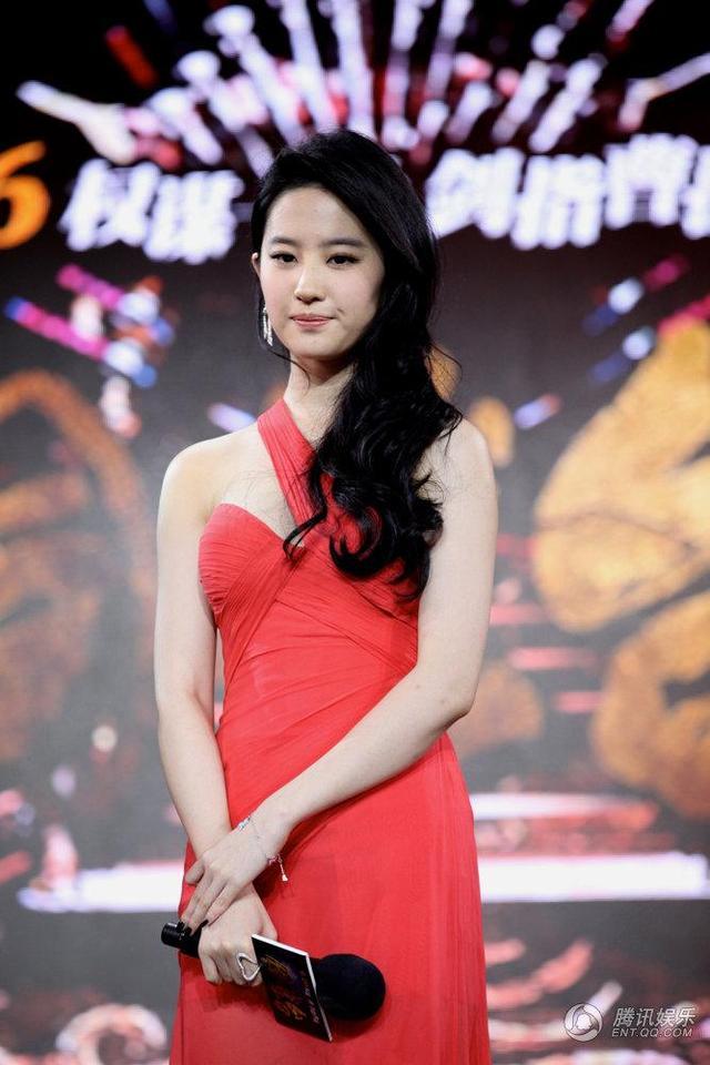 刘亦菲和李念同穿红衣 两个气质各异