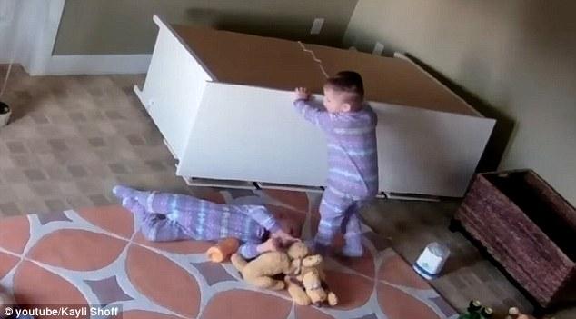 惊讶:衣柜压弟弟 2岁男童冷静将其救出