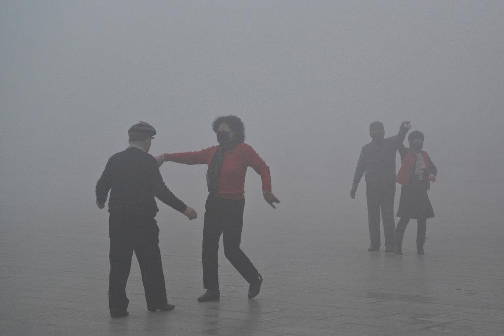 雾霾笼罩的冬天,中国人是这样度过的…