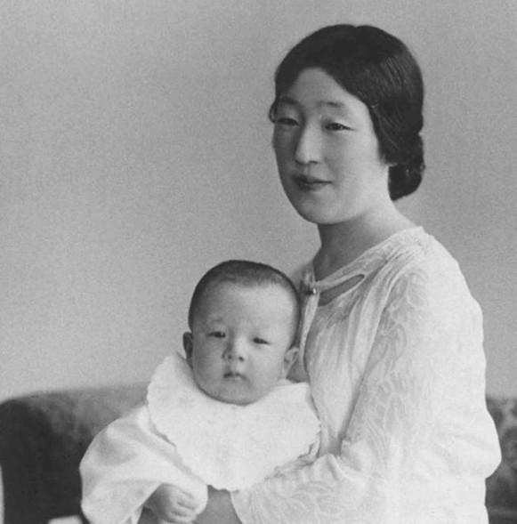嫁入豪门幸福吗?日本皇后用沧桑一生告诉你,晚年的决定令人心酸