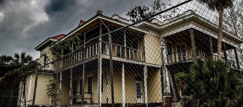 美国百年豪宅荒废10年 被当作殡仪馆