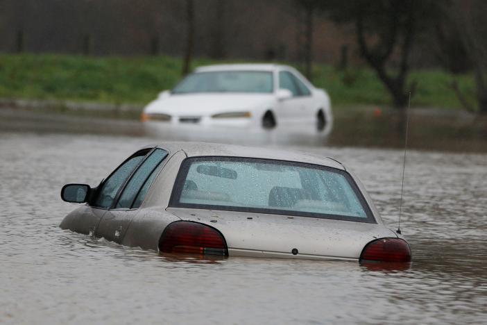 洪水泛滥成灾 加州内华达州数千居民撤离