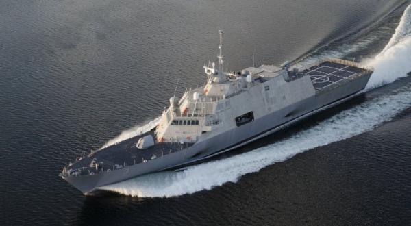 中国海军丹东舰直线冲击美军濒海战斗舰