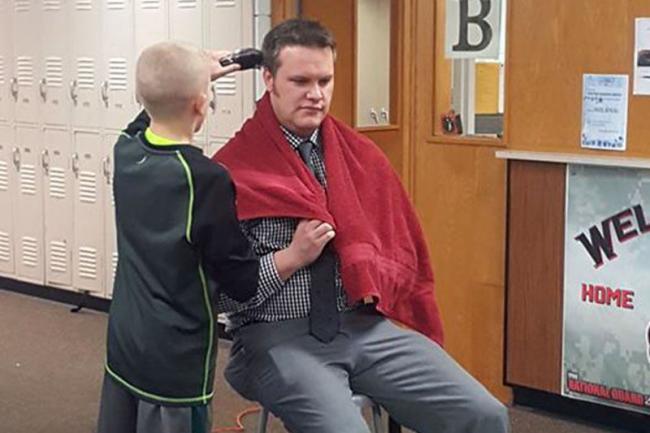 美国校长在全校师生面前剃光头 原因感人