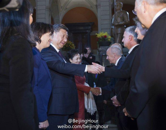 习近平-彭丽媛在瑞士与老外们握手言欢