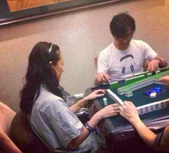 明星打麻将:汪峰赢国际章芳心 文章叼烟