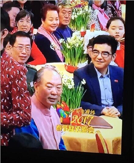 胡歌王凯唱歌时,网友发现了陈光标