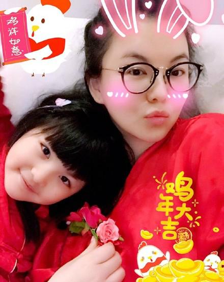 母女俩都瘦了 李湘王诗龄红衣拜年超喜气