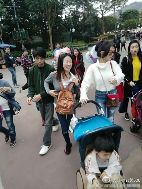 张柏芝带儿子游香港迪士尼 被赞高瘦美