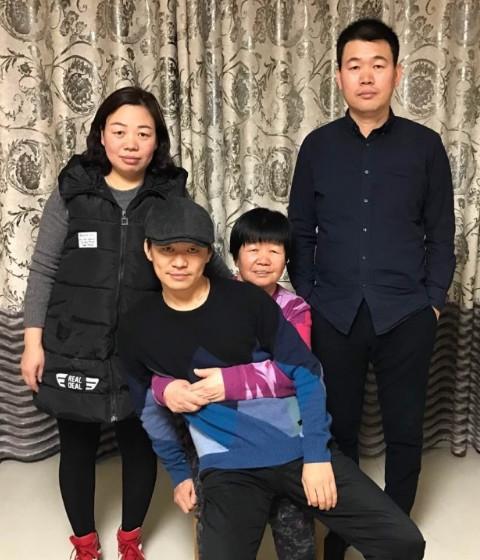 王宝强晒30年前后全家福 一家人长一个样