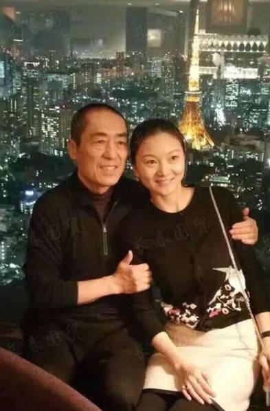 张艺谋带小31岁娇妻游日本 亲密搂肩秀恩爱