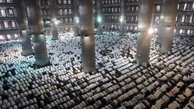 呼吁抛弃华裔省长  10万穆斯林大示威