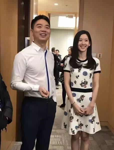 刘强东奶茶妹参加年会 与王力宏夫妇热聊