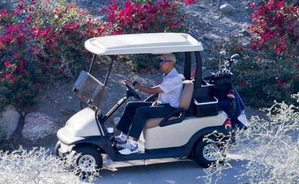 退了休的奥巴马  开起了老年代步车?