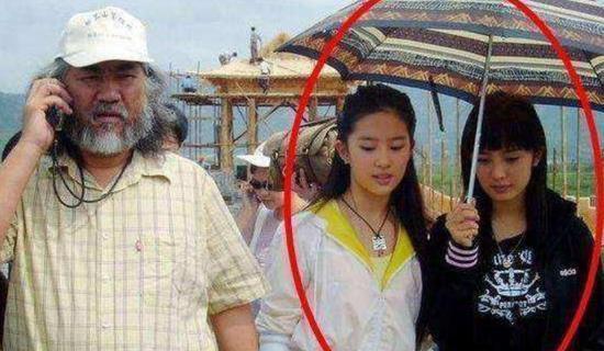 网曝杨幂10年前旧照 为刘亦菲撑伞?