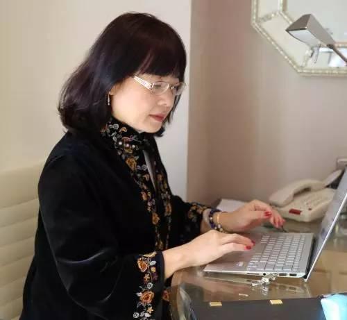 餐馆打工遇贵人 她从陪读妻成为华人学者