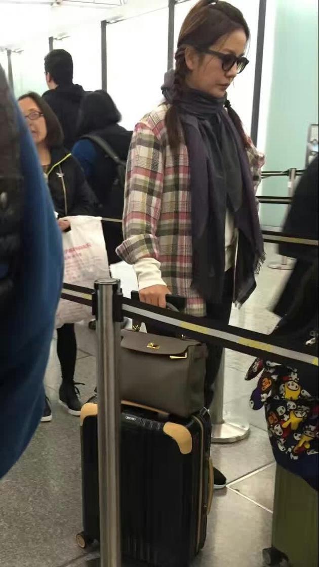 赵薇带女儿坐地铁被曝光 是故意作秀吗?
