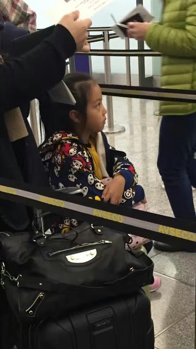 赵薇带女儿坐地铁 小四月大眼睛神似妈妈