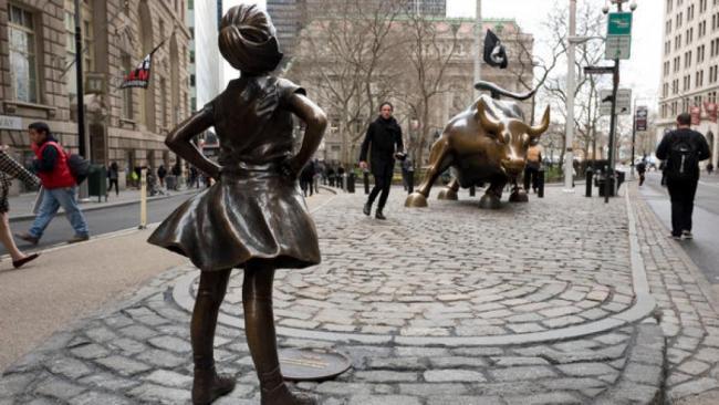 """华尔街公牛有伴""""大无畏女孩""""站它面前"""