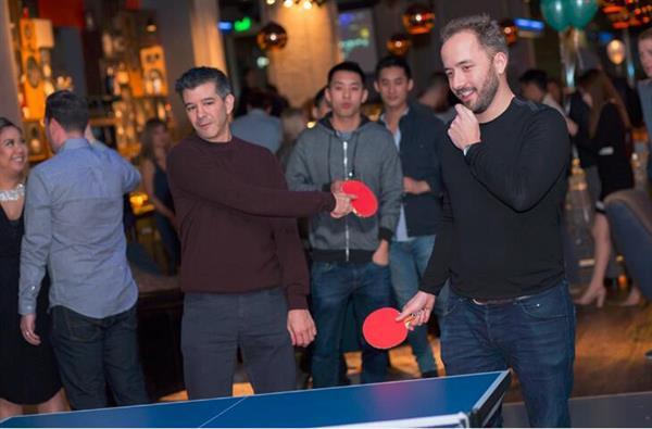 扎克伯格打乒乓球表情夸张 旁边美女亮了
