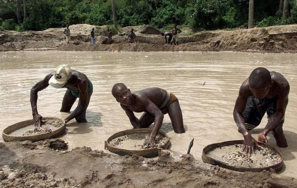 """据英国广播公司3月16日消息,西非塞拉利昂淘金者发现一颗709克拉的钻石。这颗钻石成为历史上发现的二十颗大钻石之一,而在塞拉利昂则成为第二大钻石,仅次于1972年发现的969克拉重的""""塞拉利昂之星""""。"""