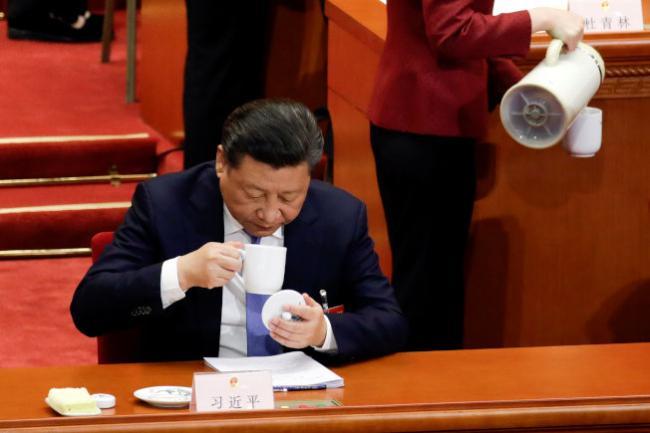 习近平两会自带茶水杯子 这是怕被下毒?