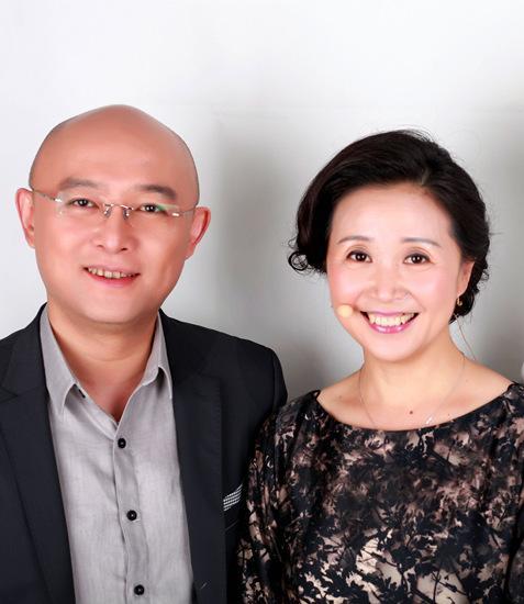 51岁黄菡全家近照:离开非诚勿扰素颜憔悴,老公很牛,女儿甜美