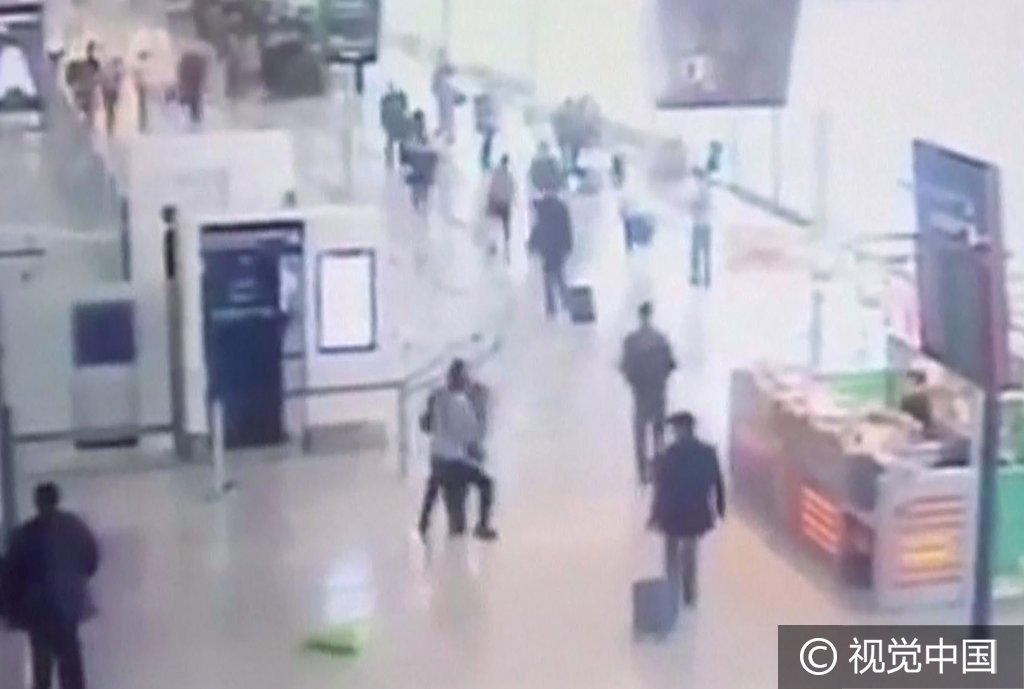 实拍:男子巴黎机场企图夺女兵武器遭射杀