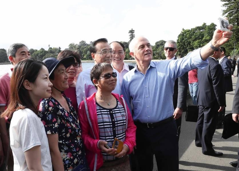 李克强同澳总理散步悉尼 与民众聊天自拍
