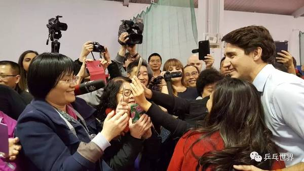 总理特鲁多造访加拿大华乒协 场面火爆