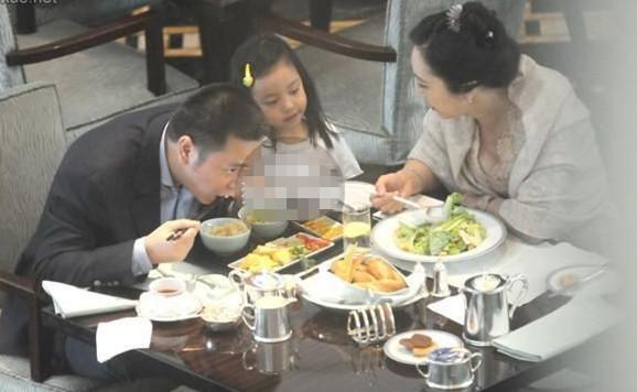 黄有龙带女儿与王健林老婆吃饺子 好亲密
