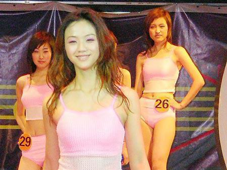 这是汤唯  13年前参加环球小姐比赛旧照