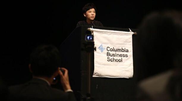 鄧亞萍在美國哥倫比亞大學演講 氣勢十足